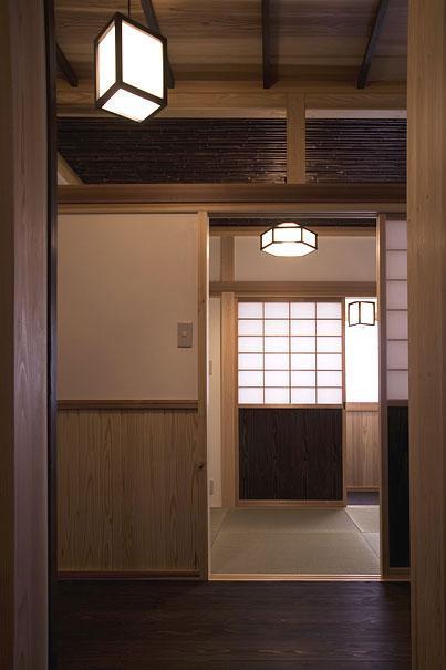 埼玉県日高の家・保田與重郎邸をイメージした和の魅力が溢れる家の部屋 和室と板間の繋がり 1