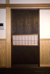 埼玉県日高の家・保田與重郎邸をイメージした和の魅力が溢れる家の部屋 中央に格子のある障子