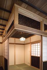 埼玉県日高の家・保田與重郎邸をイメージした和の魅力が溢れる家の部屋 竿縁天井の板間と黒竹天井の和室