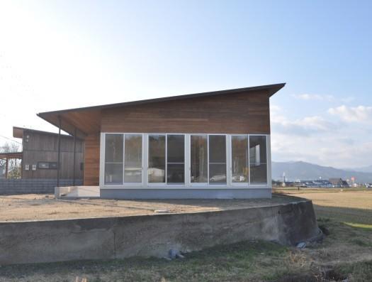 別荘チックな家 (景色を楽しめるような大きな開口部がある外観)