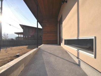 別荘チックな家 (広めのスロープで日当たりの良い玄関ポーチ)