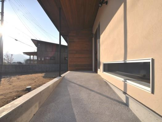 別荘チックな家の部屋 広めのスロープで日当たりの良い玄関ポーチ