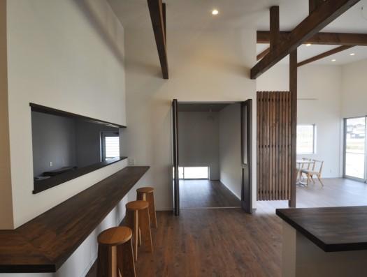別荘チックな家の部屋 ウッディなカウンターのあるダイニングキッチン