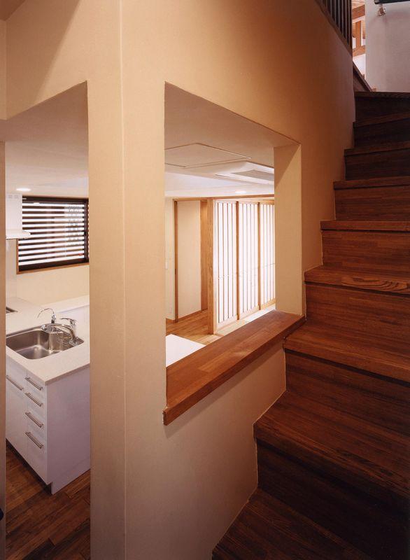 浜甲子園の家の写真 会話ができるキッチンと階段