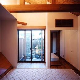 浜甲子園の家 (寝室から坪庭を見る)