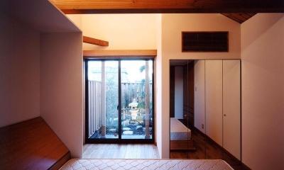 寝室から坪庭を見る|浜甲子園の家