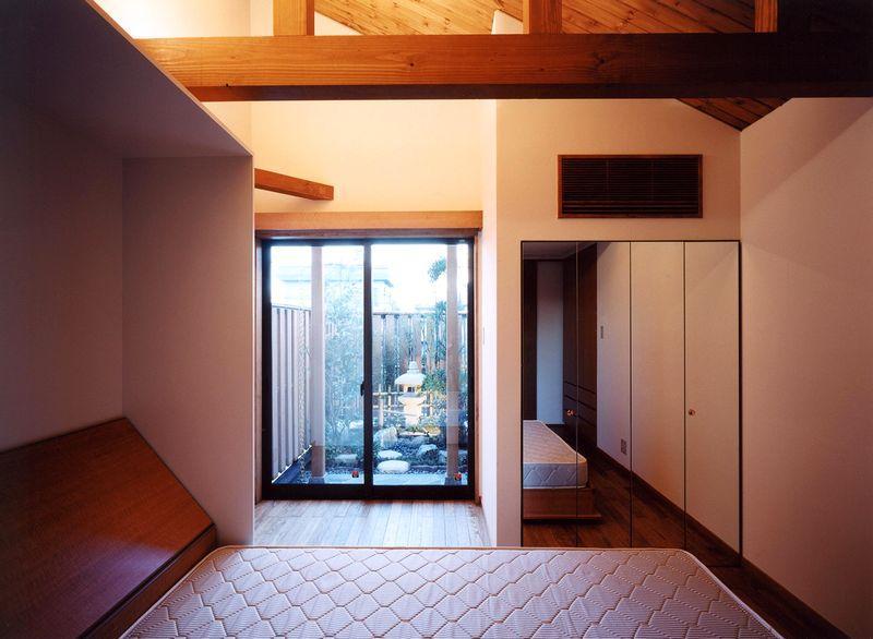 浜甲子園の家の写真 寝室から坪庭を見る