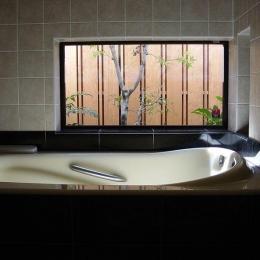 浜甲子園の家 (庭に面した2階の浴室)