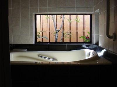 庭に面した2階の浴室 (浜甲子園の家)