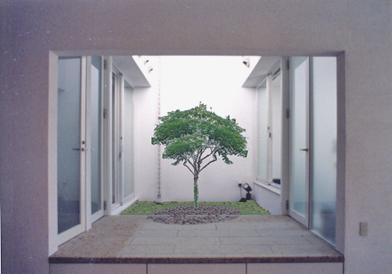 回廊の館の部屋 中庭