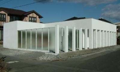 回廊の館 (白い外観)