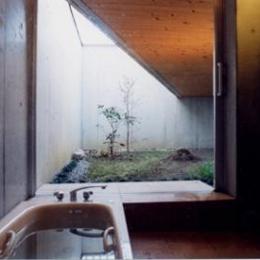 スクリーンガーデン (中庭が望めるバスルーム)