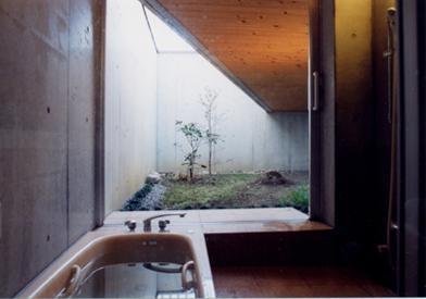 スクリーンガーデンの部屋 中庭が望めるバスルーム