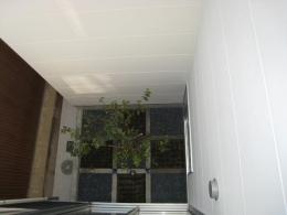3つの坪庭を持つ家 (2階から中庭を見下ろす)