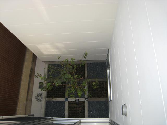 3つの坪庭を持つ家の部屋 2階から中庭を見下ろす