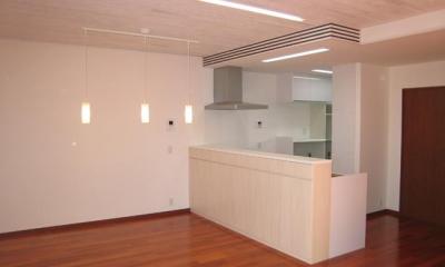 対面キッチンのあるLDK|3つの坪庭を持つ家