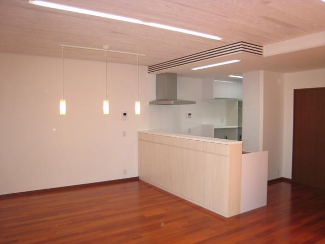 3つの坪庭を持つ家の部屋 対面キッチンのあるLDK