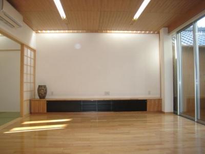 和室と繋がりのあるリビング (3つの坪庭を持つ家)