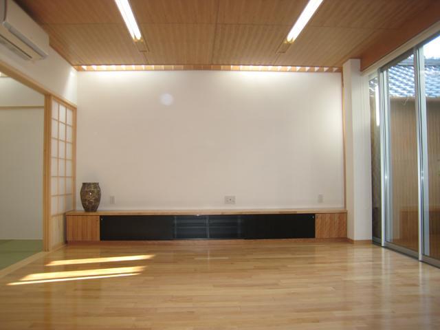 3つの坪庭を持つ家の部屋 和室と繋がりのあるリビング