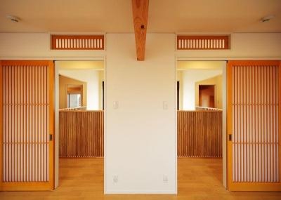 洋室から廊下を眺める (IN・EX・PLUS)
