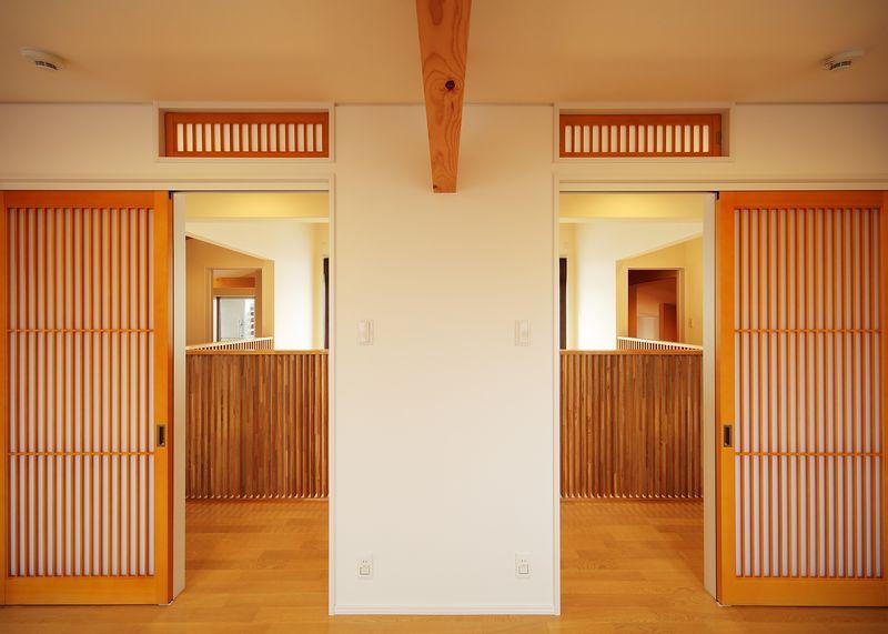 IN・EX・PLUSの部屋 洋室から廊下を眺める