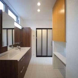 IN・EX・PLUS (タイルとウッディな空間の洗面室)