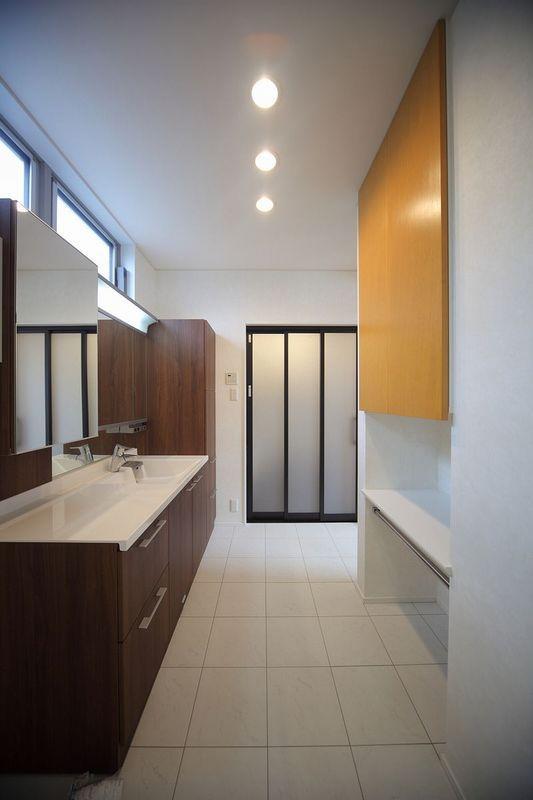 IN・EX・PLUSの部屋 タイルとウッディな空間の洗面室