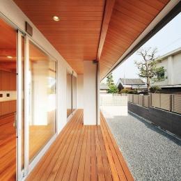 リビングと繋がる屋根付のウッドデッキテラス (IRAKA西大寺)