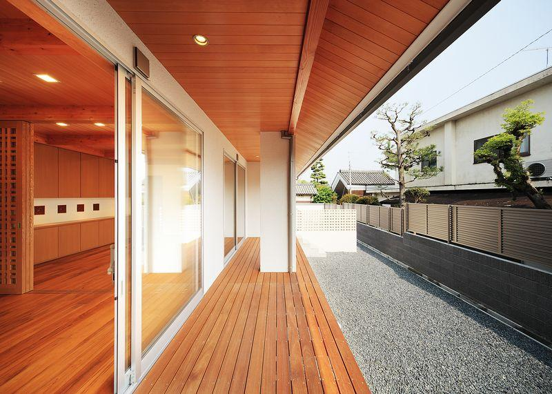 IRAKA西大寺の部屋 リビングと繋がる屋根付のウッドデッキテラス