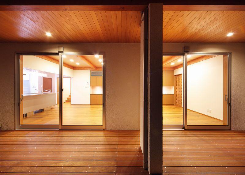 IRAKA西大寺の部屋 ウッドデッキからリビングダイニングを眺める
