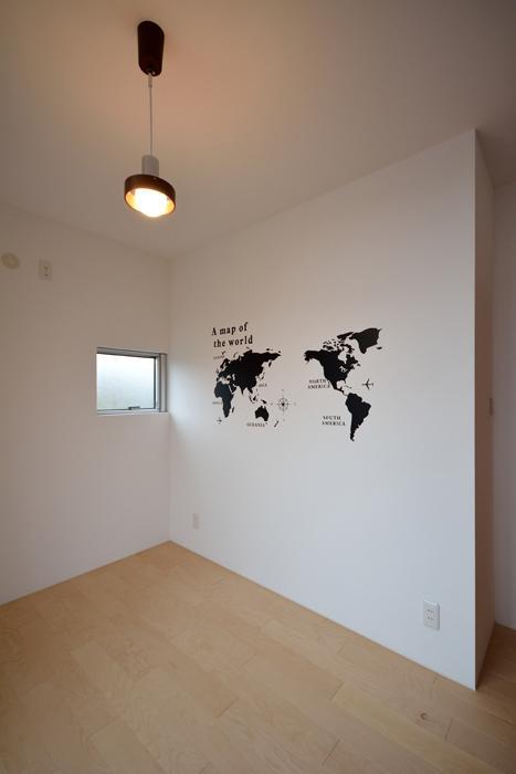 blumeの部屋 壁のペイントが印象的な洋室