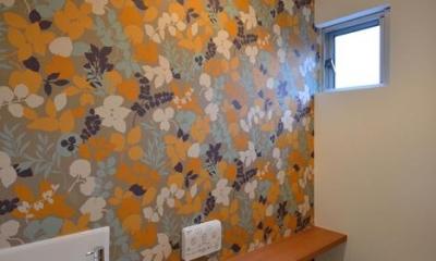 blume (花柄の壁紙がインパクトのあるトイレ)