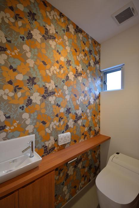 blumeの写真 花柄の壁紙がインパクトのあるトイレ