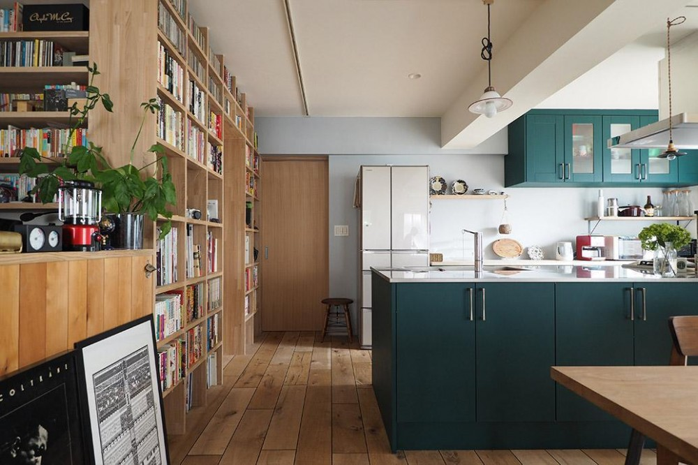 『Treerink』 ― 世代を繋ぐ (キッチンと本棚で囲まれたパントリー)