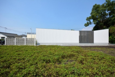 Terrace2567 (白い平屋住宅を横から眺める)