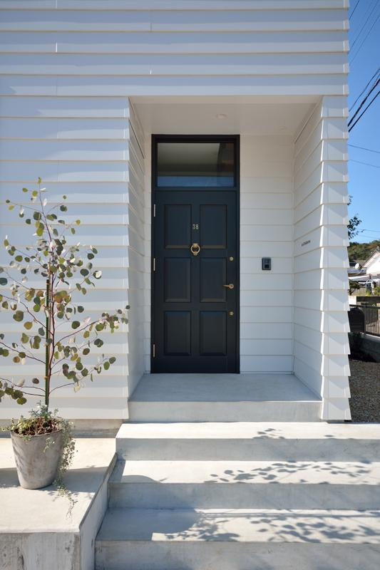 日南の家 (アプローチ階段のある玄関)