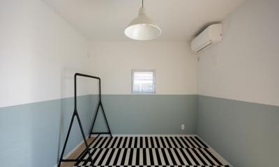 バイカラーの壁が印象的な洋室|日南の家