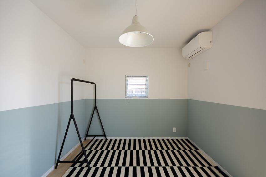 日南の家の写真 バイカラーの壁が印象的な洋室