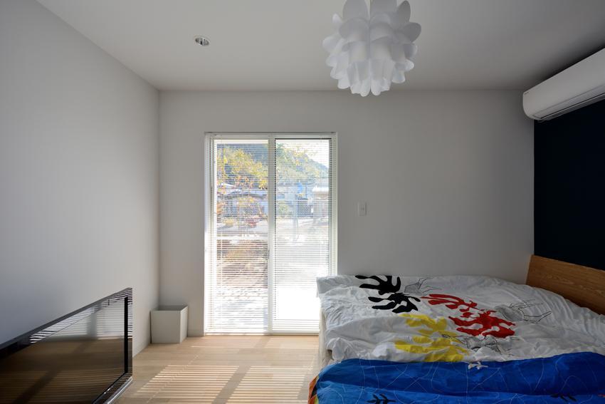 日南の家 (光が差し込む寝室)