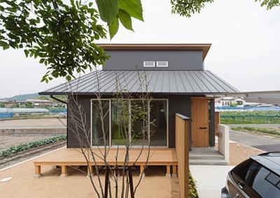 ウッドデッキから家に居ながら桜を堪能できる住宅 (K邸 H23)