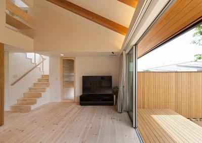 K邸 H23の部屋 ウッドデッキテラスと一体感のあるリビング