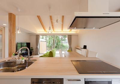 K邸 H23 (キッチンからリビングダイニングを眺める)