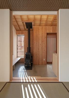 H邸 H26の部屋 玄関土間にあるペレットストーブ