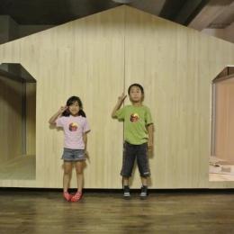 コドモゴヤ (小屋風の壁で仕切った子供部屋)