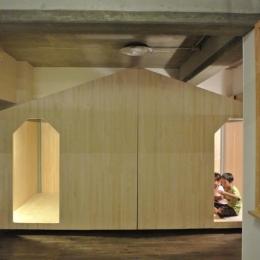 コドモゴヤ (黒板のあるプレイルームと小屋風の子供部屋)