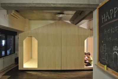 黒板のあるプレイルームと小屋風の子供部屋 (コドモゴヤ)