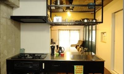 コドモゴヤ (打放しコンクリートの天井と壁のある対面キッチン)