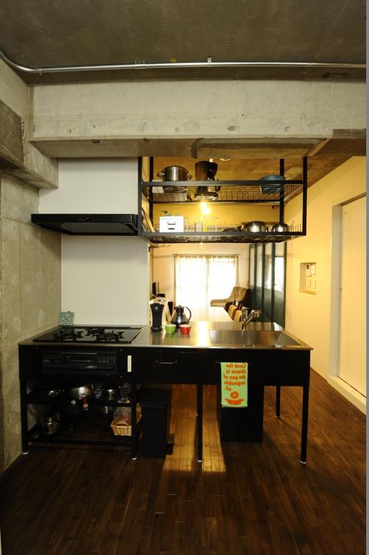 コドモゴヤの部屋 打放しコンクリートの天井と壁のある対面キッチン