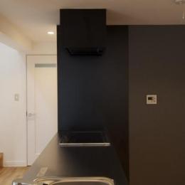 k house (白と黒のコントラストが映えるペニンシュラキッチン)