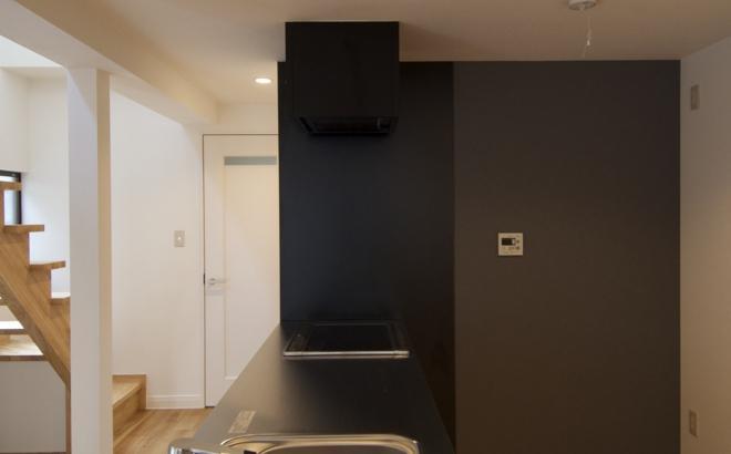k houseの部屋 白と黒のコントラストが映えるペニンシュラキッチン